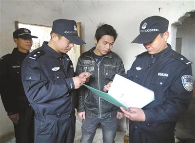 外来人口管理局_王辉忠在苏溪镇外来人口管理所调研时,与窗口工作人员亲切交