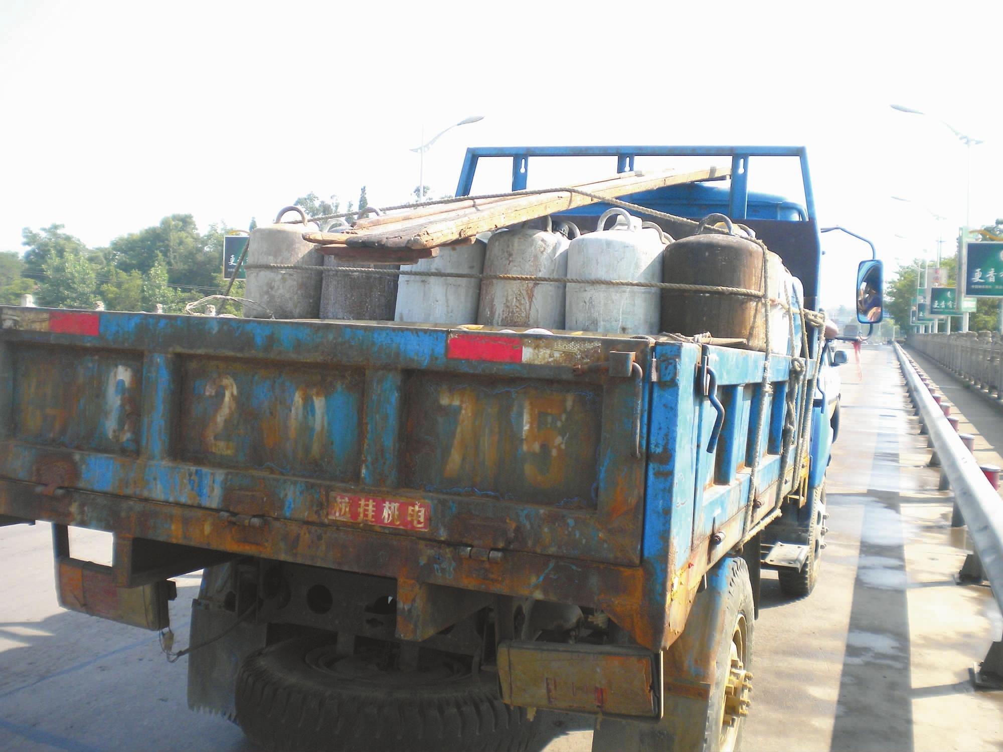 5小型方向盘式拖拉机上装有许多桶装物品,疑是危险品,执法