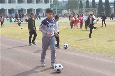泉小学生参加社团活动-武义报数字报 泉溪小学 足球之路迈向未来